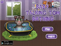 Bebelusul Tom Face Baie